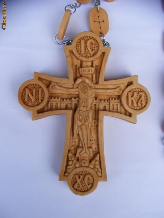 Cruce pectorala cu lant de lemn sculptata manual in lemn de par foto mare