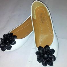 Balerini albi / accesoriu floare neagra / marimea 36. - Balerini dama