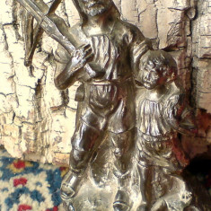Compozitie: Statueta luptator cu arbaleta (Wilhelm Tell cu fiul). Metal gri, Anul: (1307 ) sub Crucea elvetiana si cap de bou, VEZI POZA 2-A!!! - Metal/Fonta