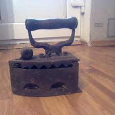 Metal/Fonta - Fier de calcat pe carbuni de lemn