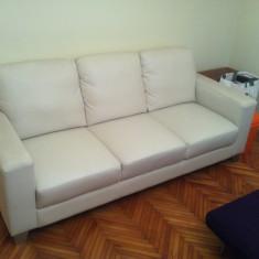 Vând canapea şi două fotolii piele ecologică, Canapea in stil minimalist, Canapele fixe, Din piele ecologica