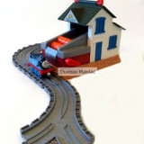 SODOR BARELL DEPOT SET Thomas And Friends Take Along - include locomotiva Thomas cu magnet - ( transport gratuit la plata in avans )