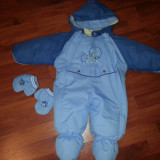 Vand Salopeta / Costum schi pentru copii 3-6 luni ( tip cosmonaut dintr-un bucata/ fis iarna) , culoare albastru, inaltime de la umar la calcai 54 cm