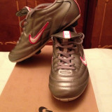 Ghete fotbal Nike, Marime: 36.5, Argintiu, Copii - Vând ghete de fotbal Nike