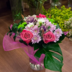 Buchet trandafiri si frezii, Multicolori