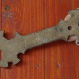 Scule - unelte ---- Veche cheie universala din metal !!!! - Metal/Fonta