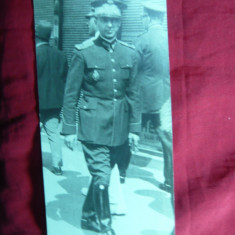 Fotografie veche - Fotografie interbelica - Ofiter pe strada cu Insigna de Academia Militara