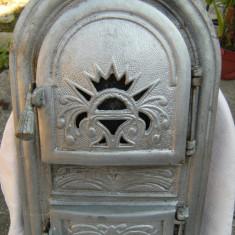 Metal/Fonta - Superba usa de soba/teracota veche, turnata din fonta, groasa in carne, marcata.