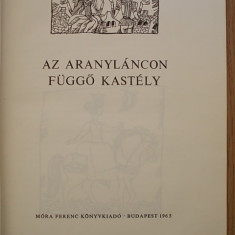 AZ ARANYLANCON FUGGO KASTELY- CARTE PT. COPII IN LB. MAGHIARA - Carte Literatura Maghiara
