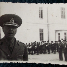 Fotografie veche - FOTOGRAFIE REGALISTA ROMANIA OFITER / MILITARI IN UNIFORMA CU ARME IN BRASOV **