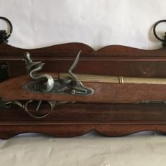 Pistol decorativ din lemn si metal model deossebit cu suport din lemn pt. perete