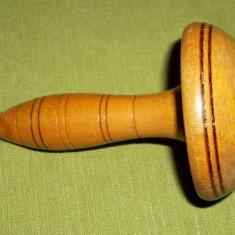 Instrument/ suport vechi din lemn pentru remaiat ciorapi