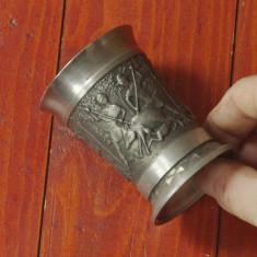 Metal/Fonta - Pahar deosebit cu 3 scene in relief din zinc cu marcaj - motiv vanatoresc !!!