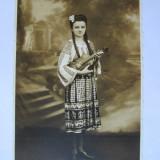 Fotografie, Portrete, Romania 1900 - 1950 - FOTO TANARA IN COSTUM POPULAR 1944