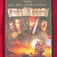 PIRATII DIN CARAIBE 1 - BLESTEMUL PERLEI NEGRE (film DVD original, CA NOU!!!) - Film actiune disney pictures, Romana