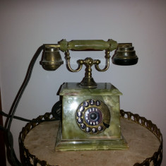Telefon vechi, cu disc, francez, din piatra