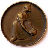 Medalii Romania, An: 1960 - Medalie vintage femeie si bila de popice / bowling, sport - 50 mm **
