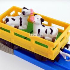 TOMY - Thomas and Friends - TrackMaster - Vagon galben cu doua vacute - Trenulet de jucarie Tomy, Plastic, Unisex