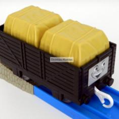 TOMY - Thomas and Friends - TrackMaster - Vagon negru incarcat 2 cutii galbene - Trenulet de jucarie Tomy, Plastic, Unisex
