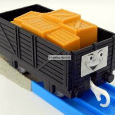 TOMY - Thomas and Friends - TrackMaster - Vagon negru cu cutii portocalii - Trenulet de jucarie Tomy, Plastic, Unisex