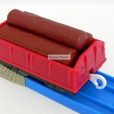 TOMY - Thomas and Friends - TrackMaster - Vagon rosu incarcat cu trei busteni - Trenulet de jucarie Tomy, Plastic, Unisex