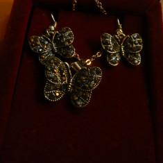 Set cercei si medalion cu lant - Fluturasi - metal argintat cu marcasite