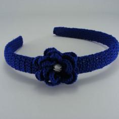 Coronita - Cordeluta albastra cu floare si stras alb de dama crosetata manual Buticcochet